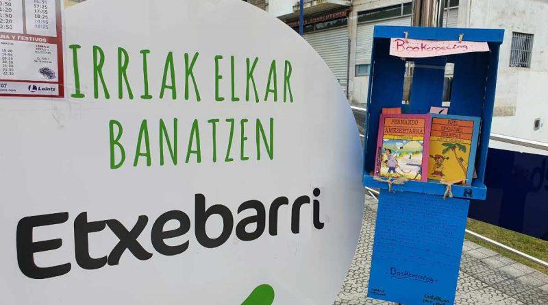 """Tarrasta lleva el """"bookcrossing"""" a las paradas del EtxebarriBus"""
